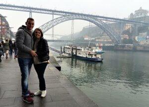Junto al río y al puente de Oporto