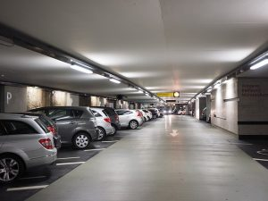 Coches estacionados en un aparcamiento