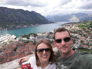 Andreu y Silvia con Kotor (montenegro) de fondo