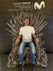 Andreu sentado en el trono de hierro en la Fundación Telefónica Madrid
