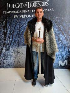 Hombre con capa de la guardia de la noche y la espada garra en la expo de juego de tronos en la fundación telefónica de Madrid
