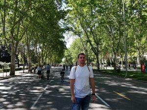 Andreu paseando por el paseo del Prado de Madrid que nos lo encontramos peatonal
