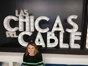 Silvia delante del cartel de las chicas del cable en la fundación telefónica de Madrid