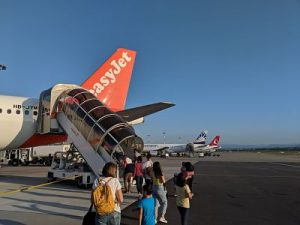 personas embarcando a un avión de EasyJet