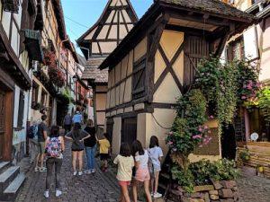 Paseando por las calles de Eguisheim en Alsacia