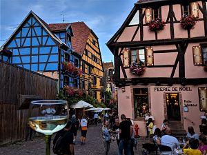 Copa de vino blanco en un pueblo de Alsacia