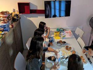 Desayunando en el apartamento de los pueblos de Alsacia
