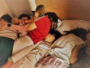 Dos adultos y cinco niños en la cama de Eguisheim Alsacia