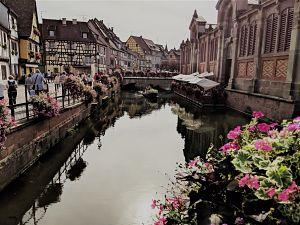 Canal de la pequeña Venecia de Colmar en Alsacia