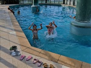 Jugando en la piscina por la mañana antes de visitar los Pueblos de Alsacia