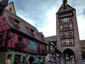 Torre de la puerta alta de Riquewihr desde el centro del pueblo