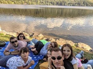 El grupo tumbado a la orilla del lago Titisee