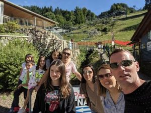 Grupo con tobogán y telesilla de Todtnau al fondo