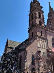 Foto parcial de la fachada de la Catedral de Basilea
