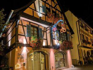 Fachada de Eguisheim por la noche
