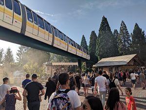 Gente de espalda entrando a Europa Park y el monorraíl pasando por arriba