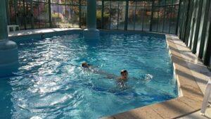Disfrutando de la piscina cubierta antes de hacer el check-out