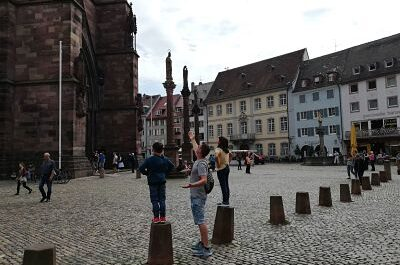 Admirando la catedral de Friburgo desde la plaza