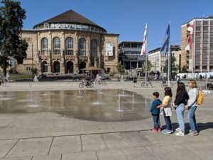 Necesitamos Viajar en la plaza del Teatro de Friburgo con su fuente de chorros