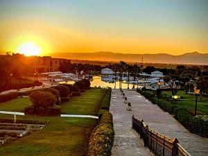Vista del amanecer desde los jardines del hotel Marrakech Ryads & Spa