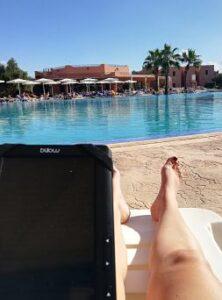 Disfrutando del libro electrónico en una hamaca en el hotel todo incluido de Marrakech