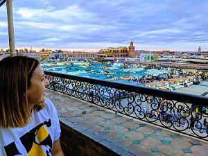Silvia de necesitamos viajar admira desde una terraza la plaza Jemma ella pla