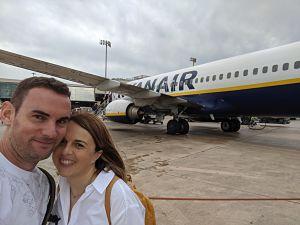 Selfie de Andreu y Silvia de necesitamos viajar en el exterior del avión Ryanair Valencia Marrakech
