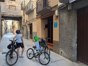 Empieza la ruta en bici, salimos de la casa Ramón y Cajal
