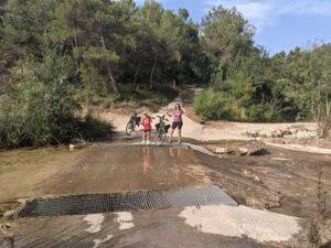 Preparados para cruzar el río Algars con un poco de agua
