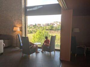 En la cafetería del Vilar Rural de Arnes mirando las vistas
