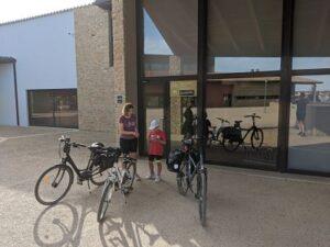 Nos preparamos para subir a la bici en el Vilar Rural de Arnes